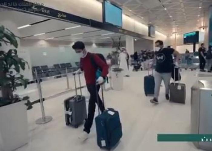شاهد.. لحظة وصول أول رحلة داخلية استثنائية من جدة إلى مطار الملك خالد بالرياض