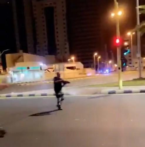 بالفيديو: شاب حاول الهروب بدون لوحات وتم إيقافه بالقوه من قبل رجال الأمن.