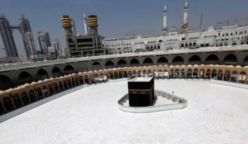 مَن هم الأشخاص المتاح لهم أداء الصلاة في الحرم المكي بعد تمديد منع التجول 24 ساعة؟